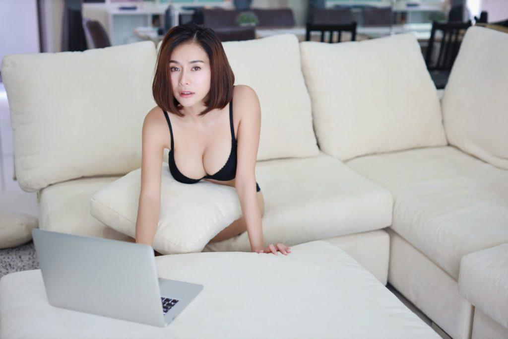 femme-asiatique-ordinateur