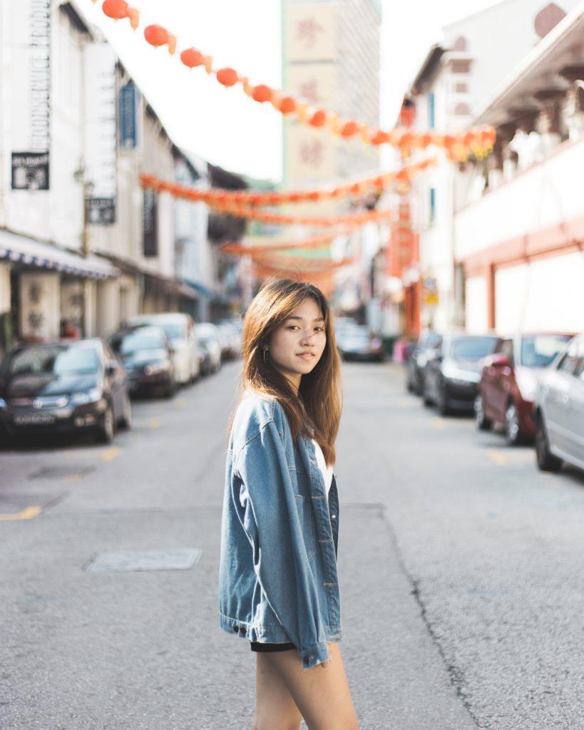 femme-rue-singapour