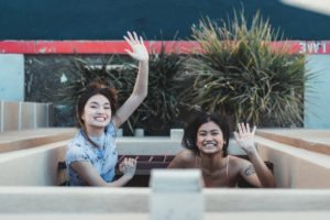 filles-asiatiques-saluent